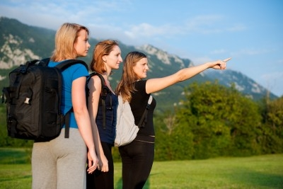 3 girls traveling www.123rf.com